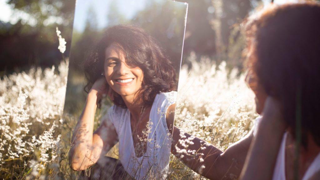 Atdhe (26) vraagt wildvreemden of ze gelukkig zijn en krijgt prachtige antwoorden