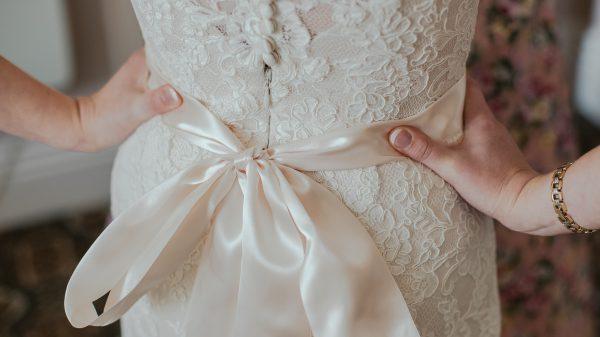 Koerier raakte Stephanie's trouwjurk kwijt: 'Ben maar getrouwd in een jurk uit eigen kast'