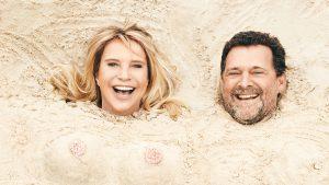 Alles voor de cover: Linda de Mol laat zich ingraven op het strand