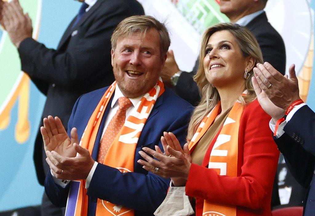 Koning Willem-Alexander en koningin Máxima met juichsjaal bij Oranje op tribune