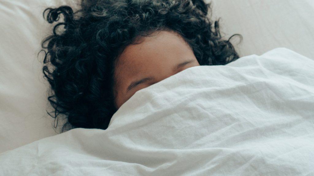 Wil je minder risico lopen op depressieklachten? Ga een uur eerder naar bed
