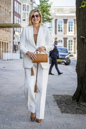 Maxima in een wit pak
