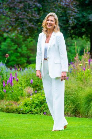 Maxima draagt een wit pak tijdens de zomerfotosessie in 2020