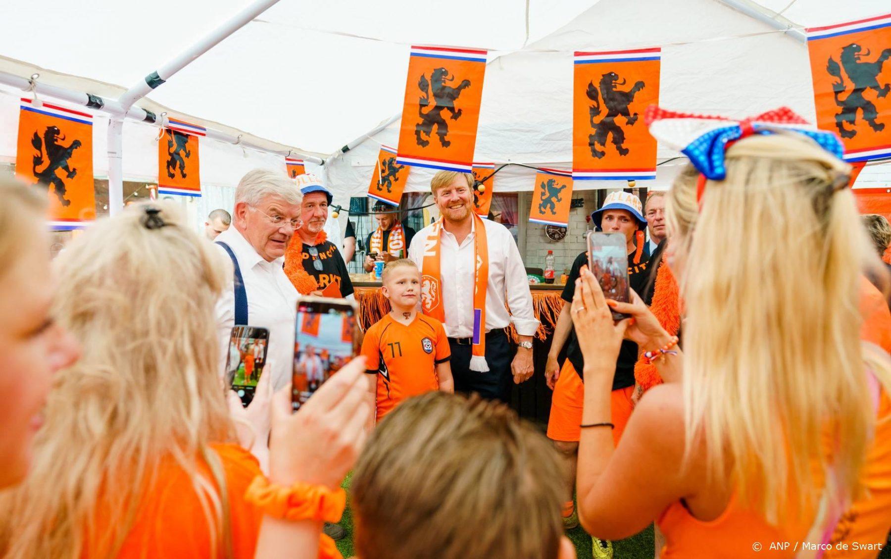 Koning Willem-Alexander brengt bezoek aan 'Mooiste Oranjestraat van Nederland'