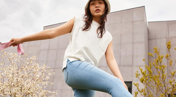 Deze (duurzame) skinny jeans is het deze zomer hélemaal