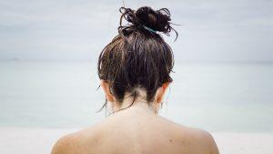 Thumbnail voor Dit is waarom je zomers sneller vet haar hebt (en zo vaak moet je het eigenlijk wassen)
