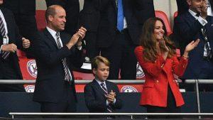 Thumbnail voor Kate Middleton draagt felrode blazer tijdens EK-wedstrijd (en die is nu in de sale)