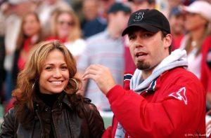 Thumbnail voor Jennifer Lopez en Ben Affleck hand in hand gespot in pretpark