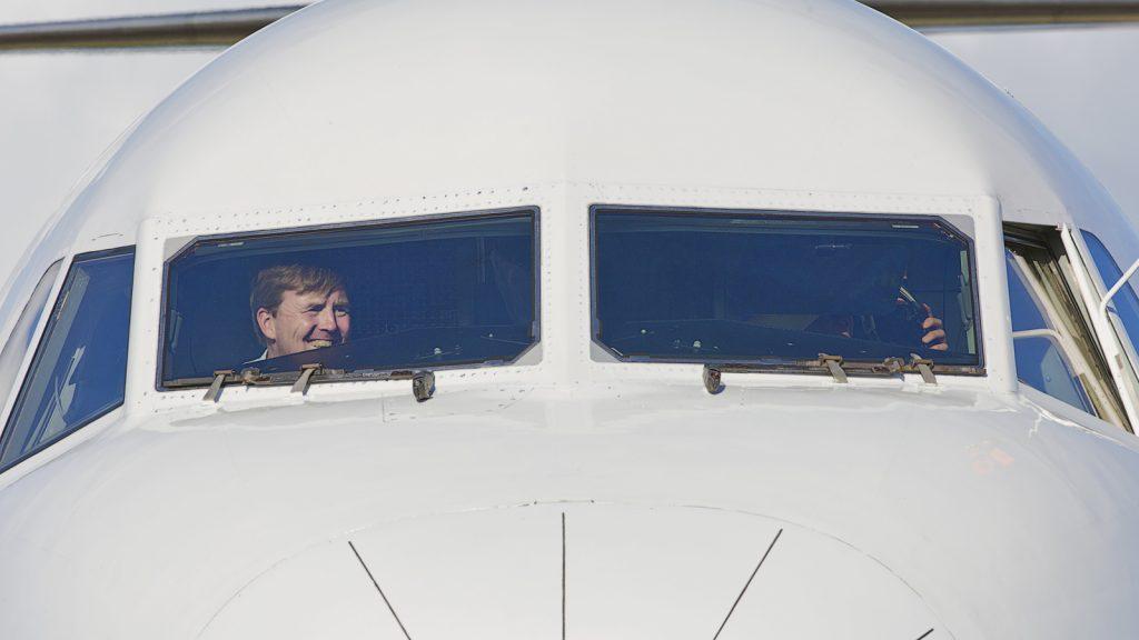Willem-Alexander copiloot tijdens vlucht naar Berlijn voor staatsbezoek