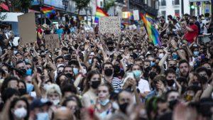 Thumbnail voor Spanjaarden massaal de straat op na dood homoseksuele man bij nachtclub