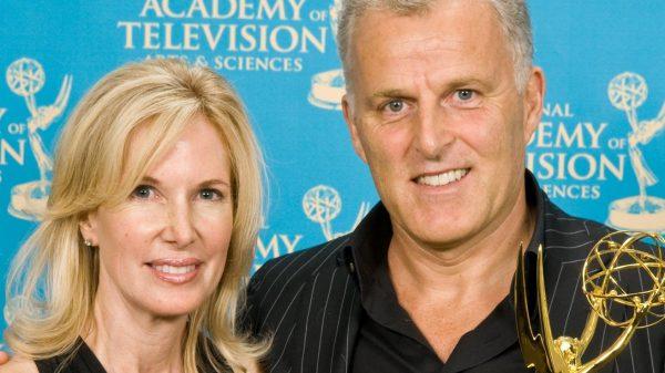 Peter R. de Vries met de moeder van Natalee Holloway en zijn Emmy in New York in 2008.