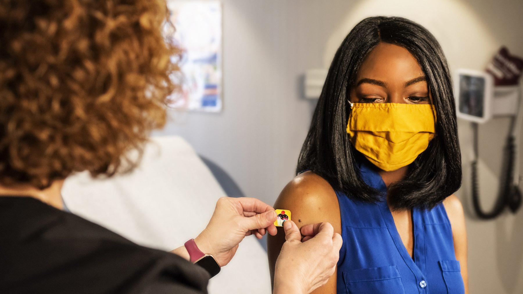 coronavaccinatie-bijwerkingen-menstruatie-borsten