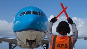 Thumbnail voor KLM onderzoekt video waarin personeel vliegtuig naroept: 'Enkeltje Marokko'