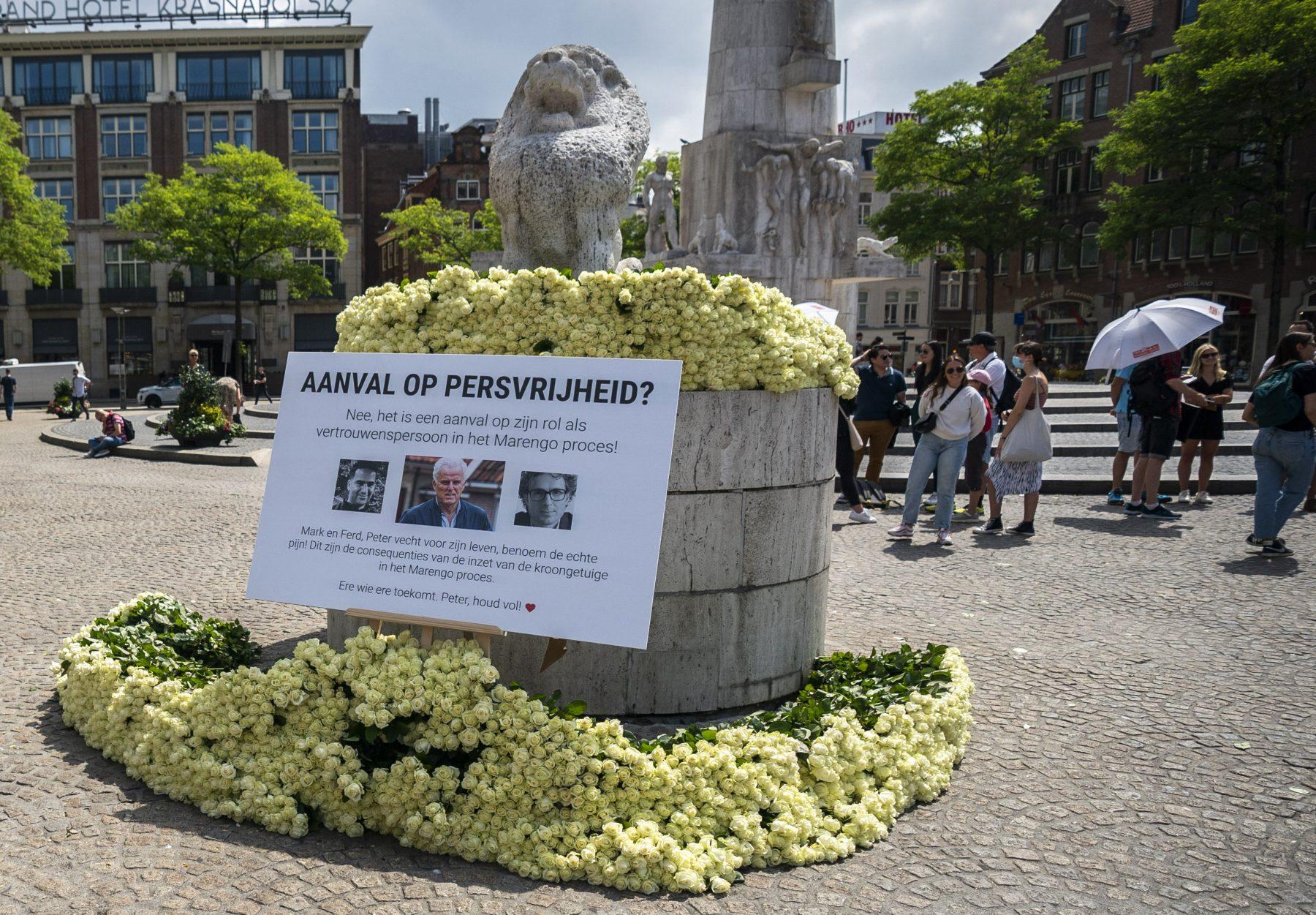 Massale steunbetuiging aan Peter R. de Vries, 4000 rozen op Dam
