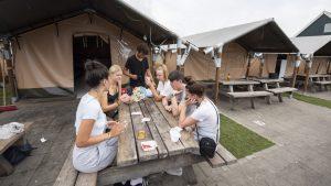 Thumbnail voor Jongerencampings controleren streng op coronatest: 'Anders niet welkom'
