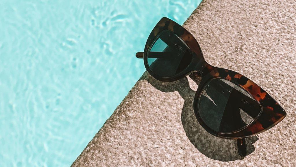 Reminder: bij zon geen zonnebril dragen is net zo slecht als zonnen zonder SPF
