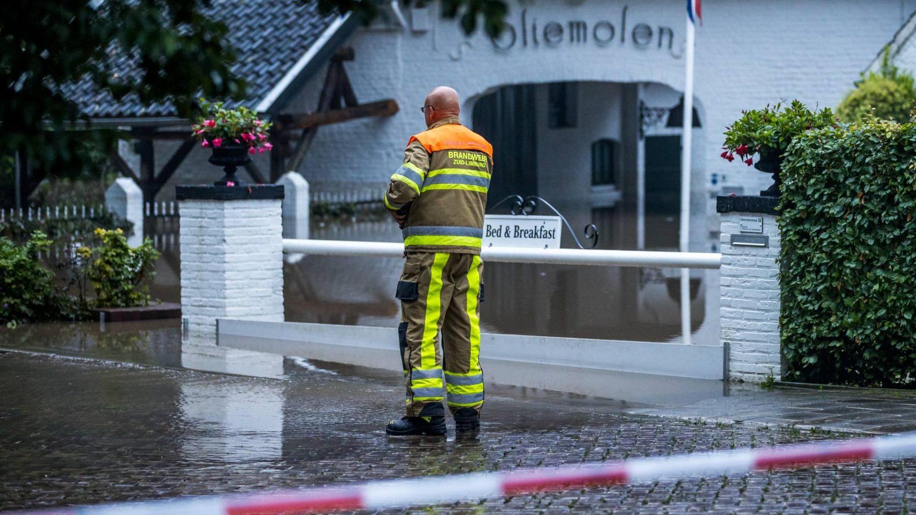 Brandweer bevrijdt zwemmend bewoners van oliemolen in Heerlen na hevige regenval
