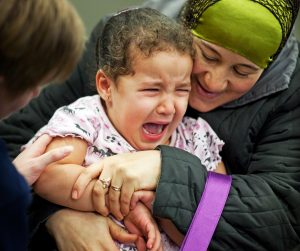 Wat je in eerste minuut na vaccinatieprik tegen je kind zegt is heel belangrijk