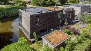 Thumbnail voor Groen doen: Amsterdamse watervilla mét mosdak staat nu te koop