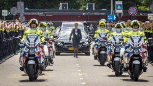 Thumbnail voor Politieagenten vormen erehaag voor overleden motoragent: 'Leegte is onmeetbaar'