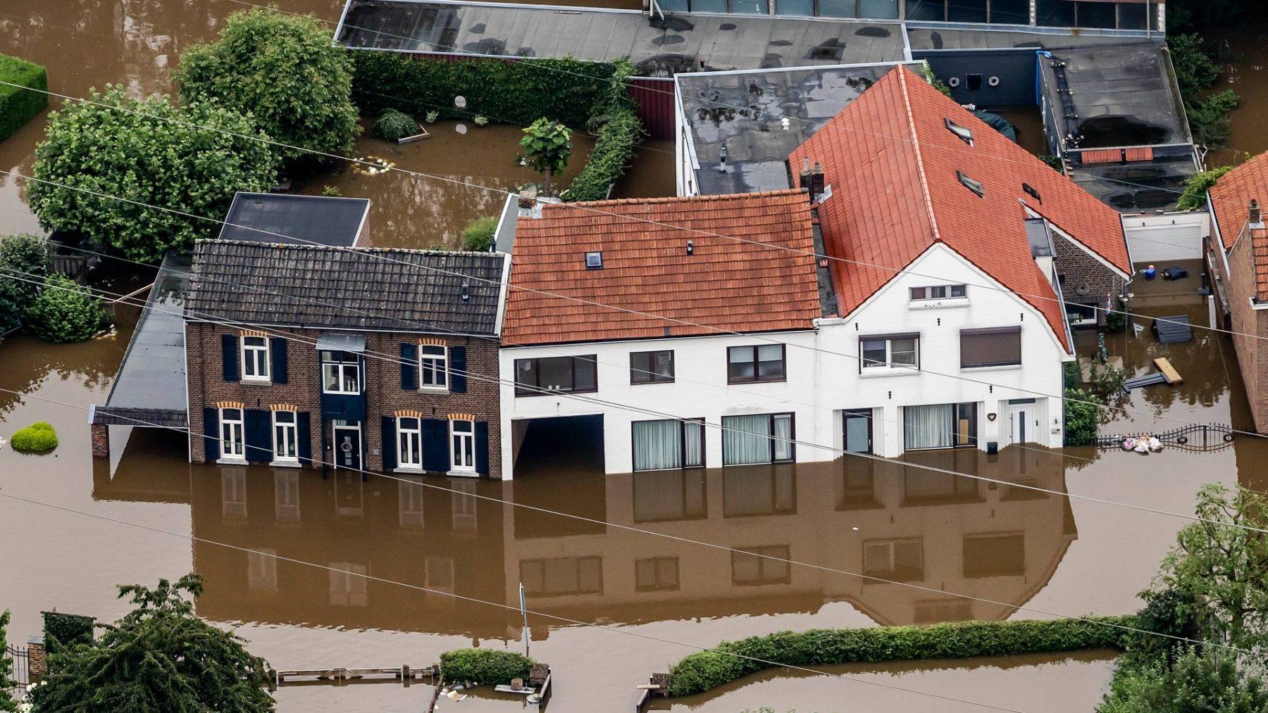 Ramptoeristenblijven naar overstroomde gebieden komen: 'Blijf thuis'