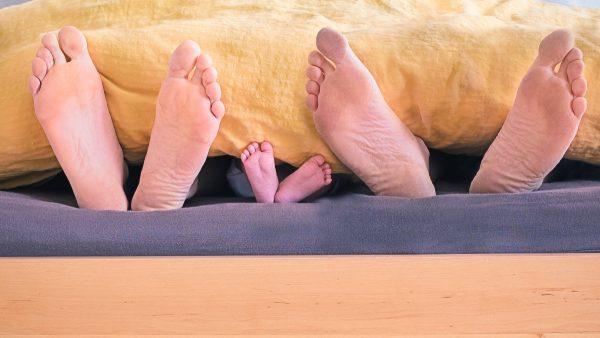 Slapen met baby in één bed versterkt band tussen baby en moeder niet