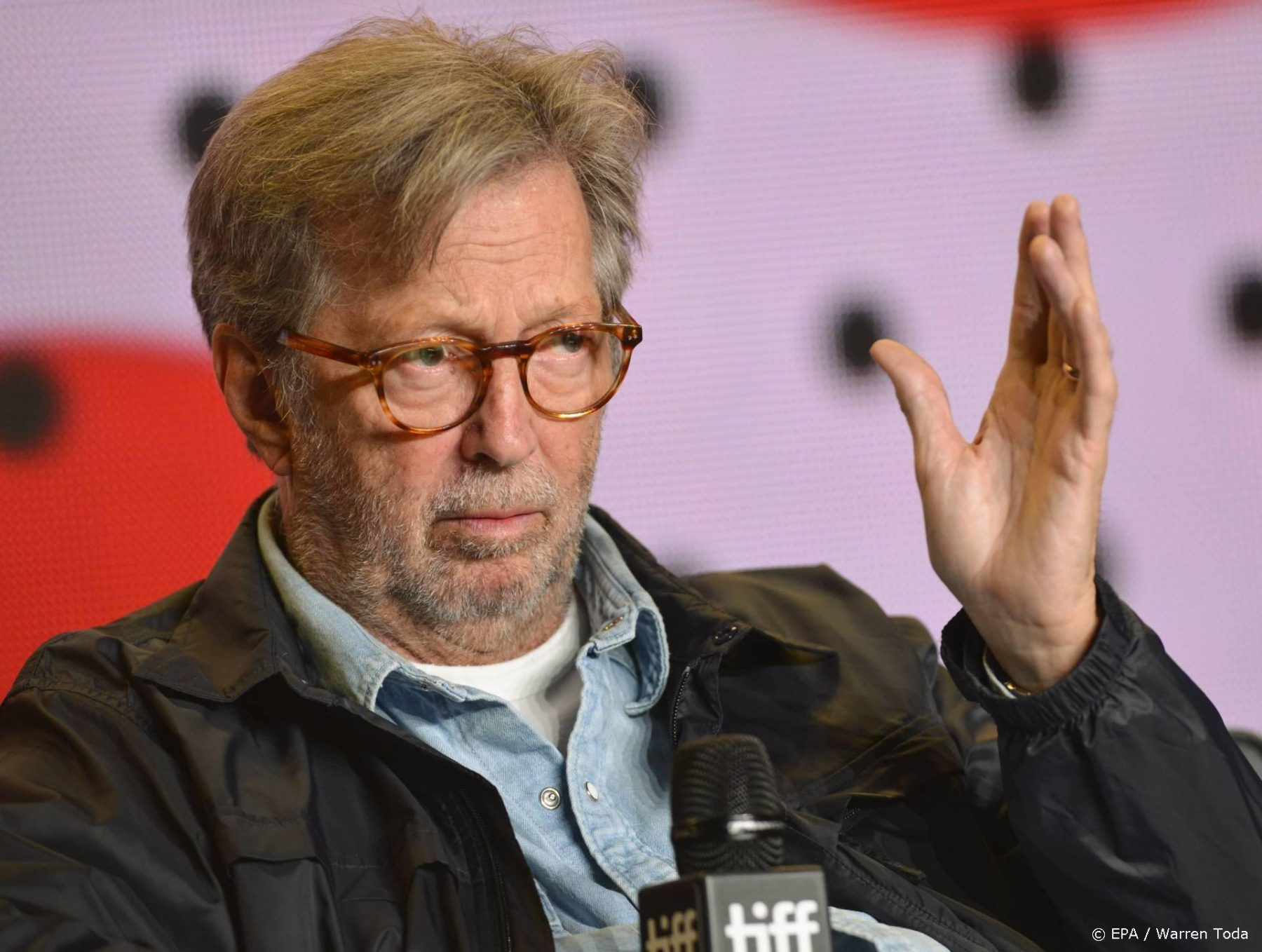 Eric Clapton weigert op te treden op plekken waar vaccinaties verplicht zijn