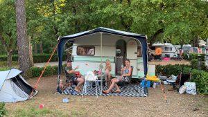 Thumbnail voor Jonne (34) gaat op vakantie in 'zelfgepimpte' caravan: 'Rechtstreeks uit de jaren '70, met bijbehorende geur'