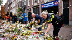 Thumbnail voor Gemeente Amsterdam haalt bloemenzee voor Peter R. de Vries weg