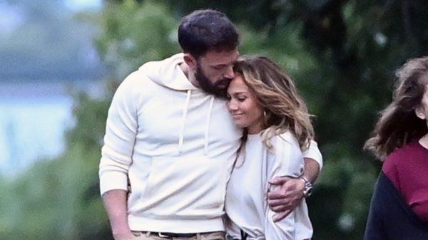 Jennifer Lopez en Ben Affleck bevestigen - innig zoenend - relatie op Instagram