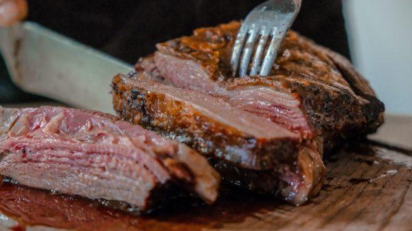Vakantieganger stikt in stukje vlees