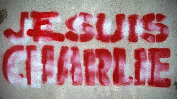 Vrouw in T-shirt van Charlie Hebdo met mes aangevallen in het Londense Hyde Park
