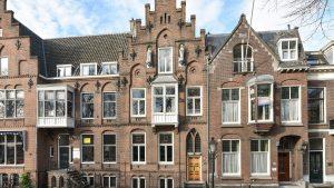 Thumbnail voor Marmer, religieuze beelden en glas-in-lood: dit Utrechtse rijksmonument aan het water staat nu te koop