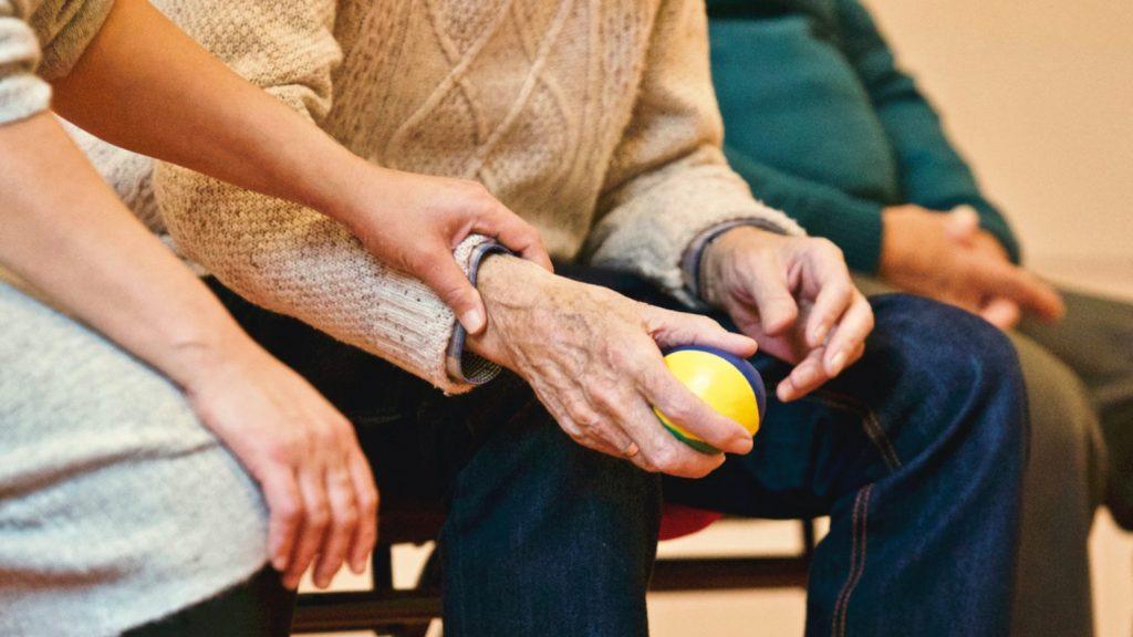 Artsen bezorgd over gezondheid van ouderen die de deur nog steeds niet uit durven