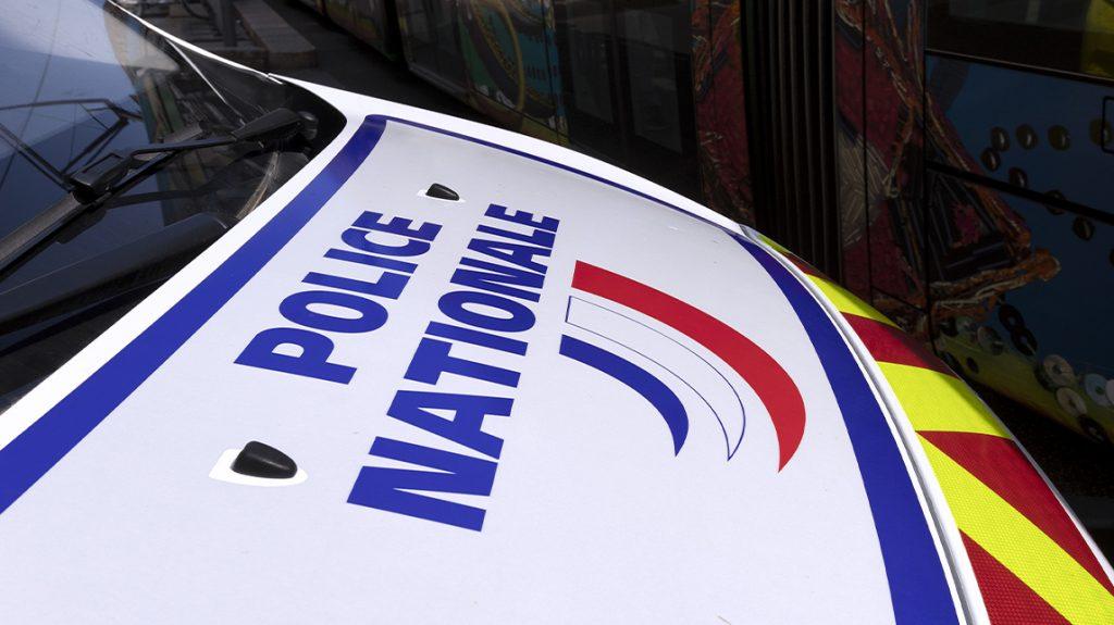 Auto op terras in Parijs