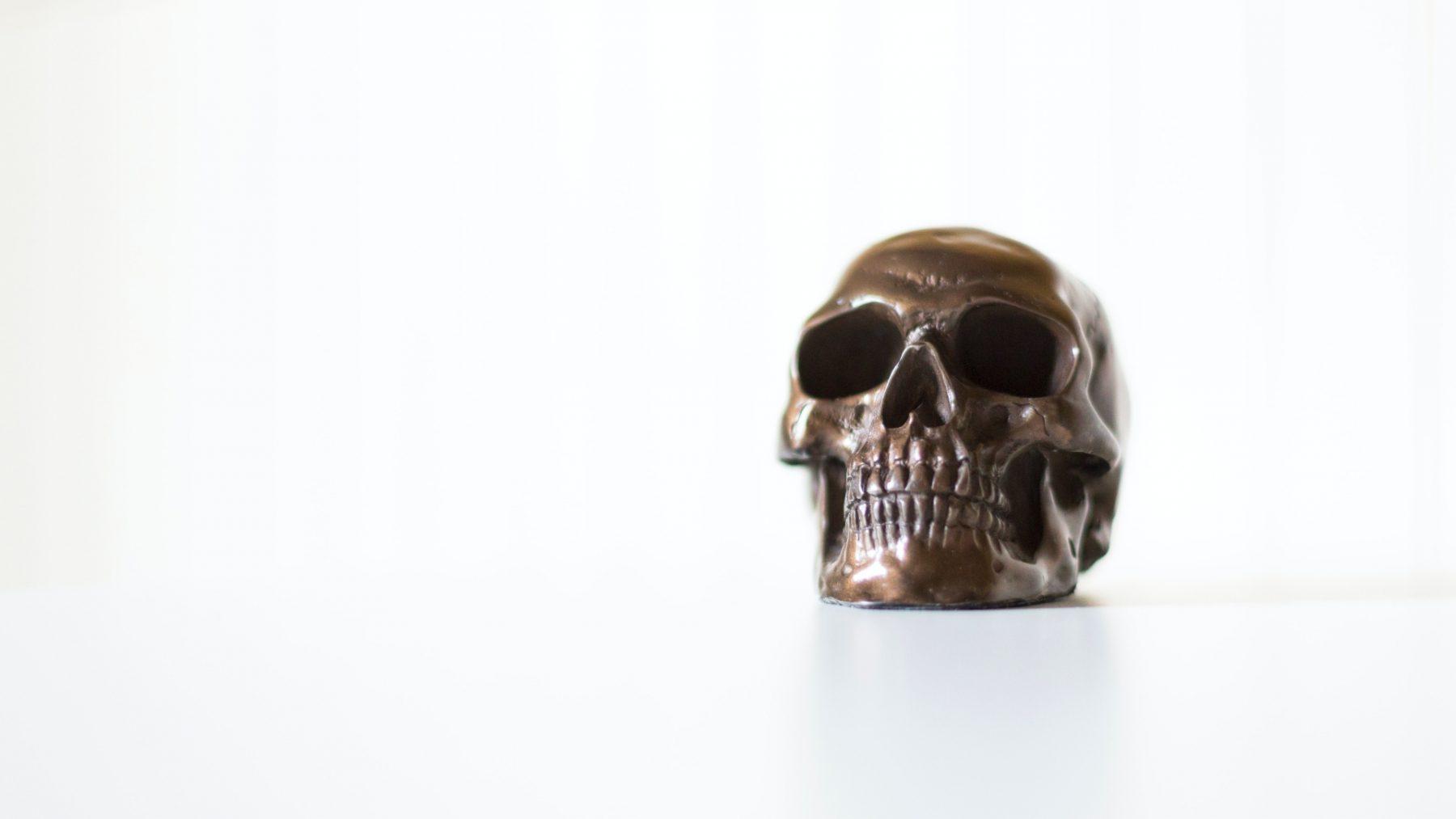 Door lichaamsmodificatie lijkt het hoofd van 'The Real Red Skull' op een doodskop