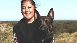 Thumbnail voor Shirley heeft vanwege PTSS een assistentiehond: 'Heb mijn leven weer terug'