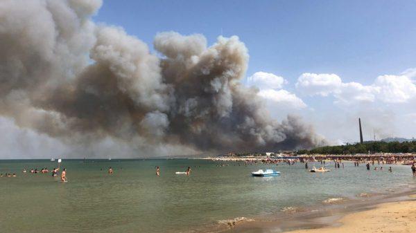 Italiaanse Pescara evacueert toeristen door bosbranden