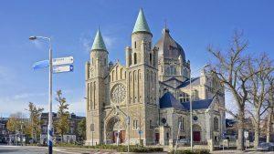 Thumbnail voor Hemels: deze kerk met zestien (!) kamers staat gewoon te koop