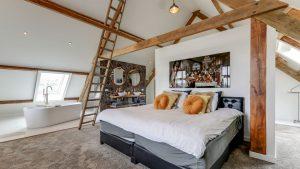 Thumbnail voor Bad in de slaapkamer, gietvloer en marmeren tegels: dit huis is helemaal anno 2021