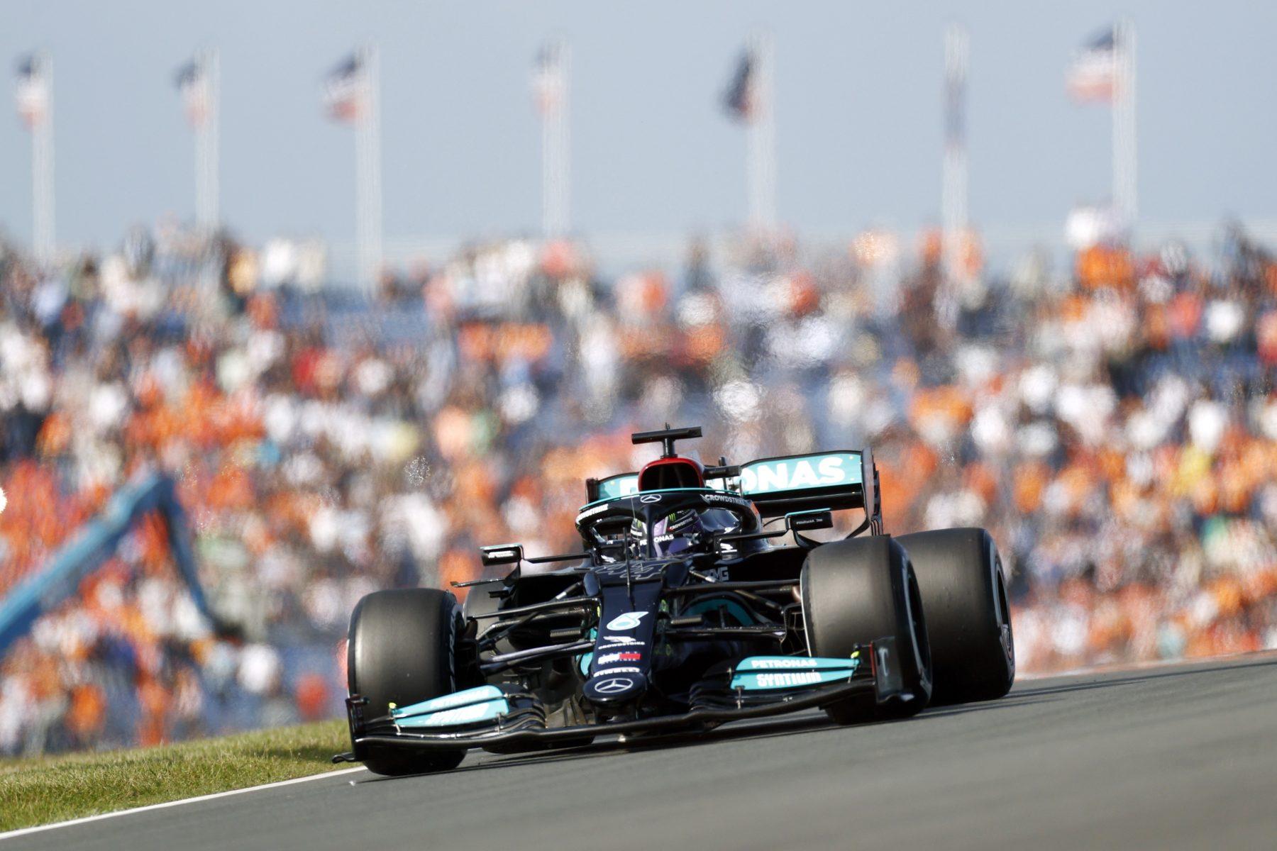 Hamilton is sneller dan Verstappen tijdens eerste Grand Prix-training