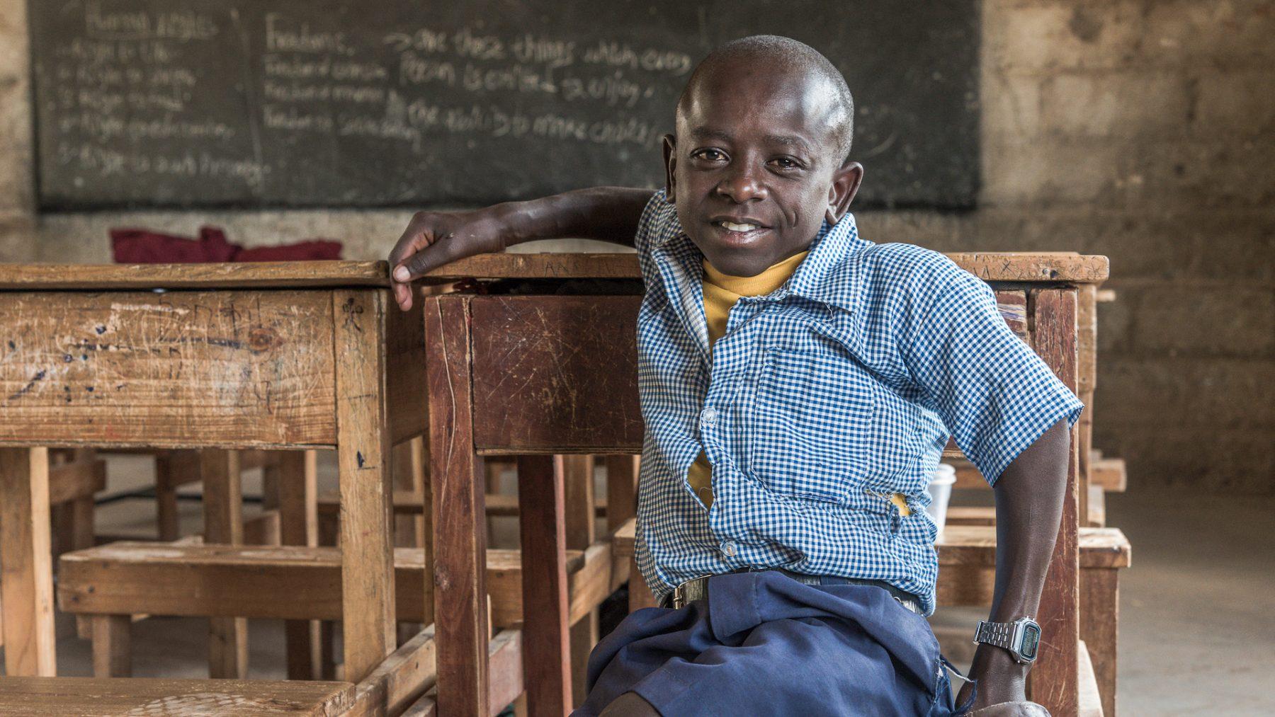De Keniaanse Sempeta (12) wil arts worden: 'Zo kan ik kinderen helpen die net als ik een beperking hebben'