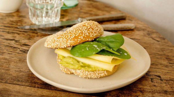 Recept: sesambagel met avocadocrème, jong belegen kaas en spinazie
