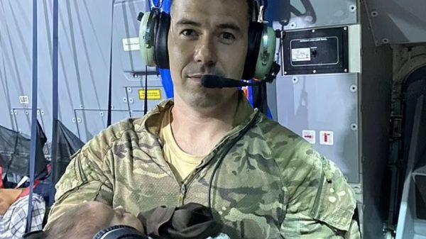 Britse militair neemt baby over van uitgeputte Afghaanse vrouw en gaat viral