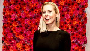Thumbnail voor Bettina Holwerda danst schaamteloos: 'Inclusief plastic wortel of haarborstel als microfoon'