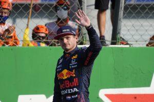 Thumbnail voor Verstappen en Hamilton botsen op Monza en vallen uit, verrassende winnaar in Italië