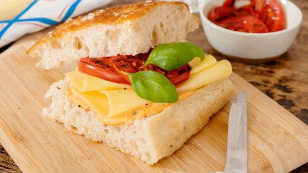 Recept: focaccia met harissa-mayonaise, gegrilde tomaat en belegen kaas