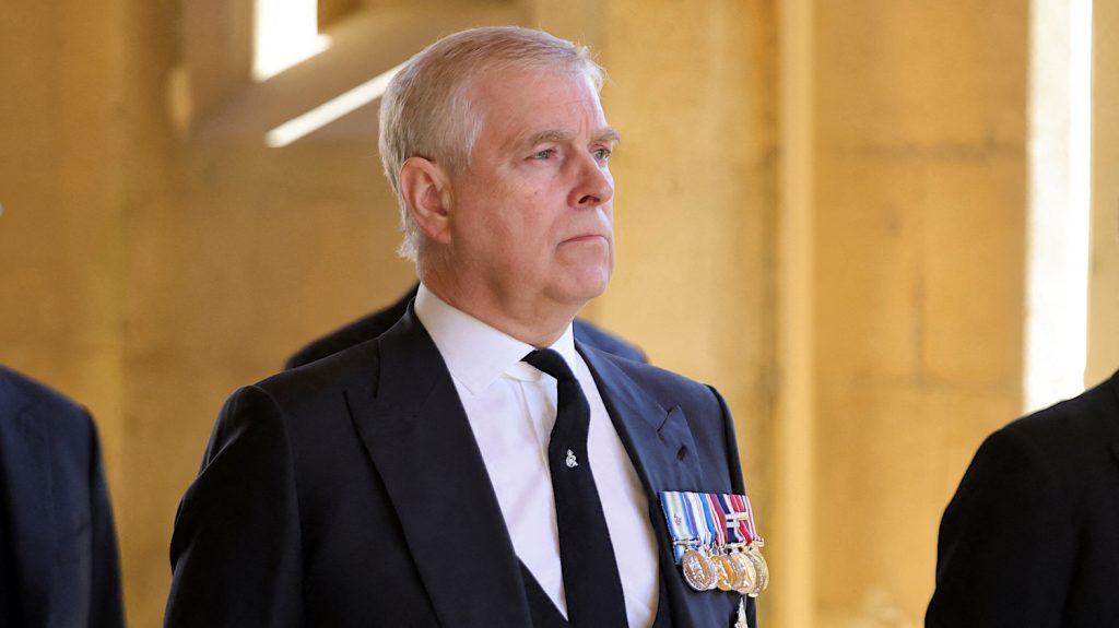 Prins Andrew ontkent in hoorzitting Epstein-slachtoffer te hebben misbruikt