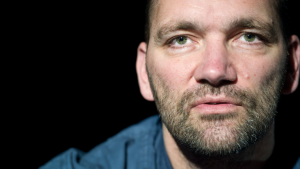 Thumbnail voor Cabaretier Theo Maassen speelt voorstelling voor een volle zaal, theater kan dwangsom verwachten