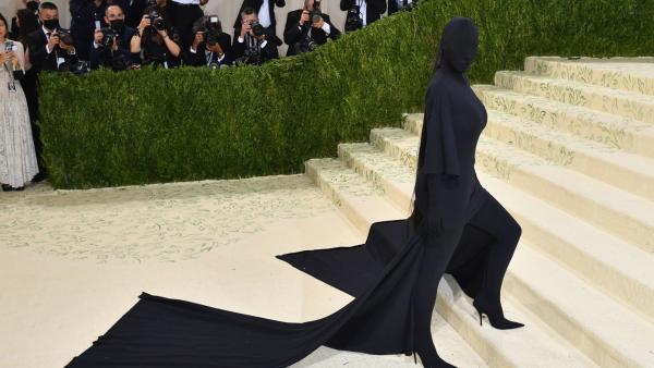 Kim Kardashian kon niets zien op het Met Gala
